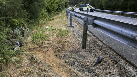 Restos de la moto del accidentado en la carretera de Portomarín