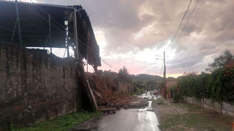 Derrumbe de un muro en la carretera que une Pravio y Armental, en Cambre