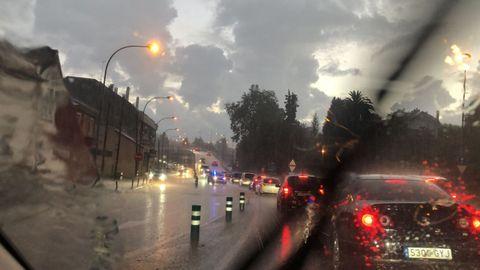 Retenciones en la N-VI a causa de la tormenta
