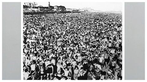 «Multitud en Coney Island, temperatura 89.º (Llegaron pronto y se quedaron hasta tarde, julio de 1940)», obra de Vik Muniz sobre la fotografía de Weegee.