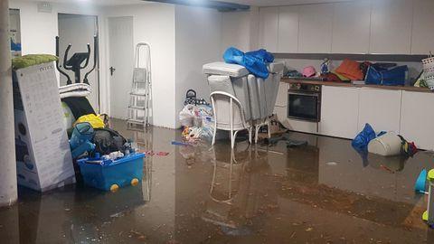 Inundación de fecales en el garaje de una vivienda de la calle Salvador Allende, en San Pedro de Nós, Oleiros