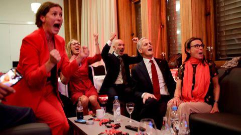 El líder laborista de Noruega, Jonas Gahr Store (segundo por la derecha), y su equipo, eufóricos al ver las encuestas a pie de urna.