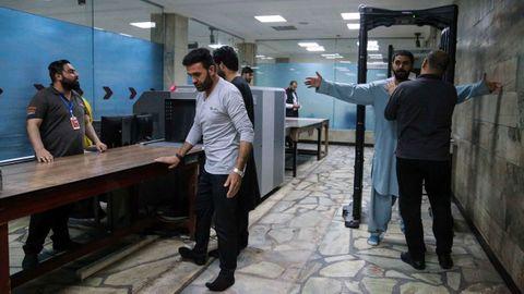 Los trabajadores del aeropuerto de Kabul han retomado su trabajo ante la atenta mirada de los talibanes.