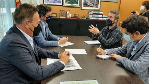 Reunión de Arroxo con Javier Arias para hablar de una parada de bus en O Carqueixo