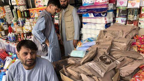 Mercado de Roze Aria, más conocido como Bush Market, venden infinidad de productos 'desviados' desde las bases estadounidenses