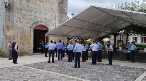 La Banda de Música de Ramirás tocó a la salida de misa en Trives