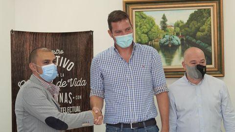 Miguel Beiro, responsable del departamento de empleo y empresas de Amicos; José López, alcalde de A Estrada, y Óscar Durán, edil de Promoción Económica, sellaron el acuerdo