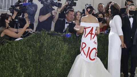 La congresista Ocasio-Cortez lució un vestido el mensaje «Cobren impuestos a los ricos» en la gala Met.