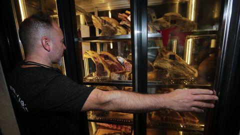 Leo Cano, de Divino Steak House, muestra la carne que tiró a la basura por las inundaciones.