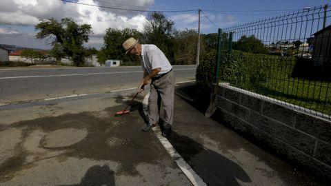 Leonardo Vázquez limpia las alcantarillas cercanas a su casa, en San Pedro de Nós.