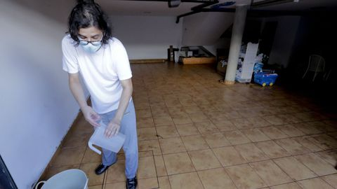 Luis Cebral con la jarra que utilizó para achicar agua.