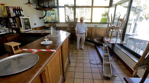 Antonio Rivas, del restaurante Montrove, con la marquesina rota por la lluvia.