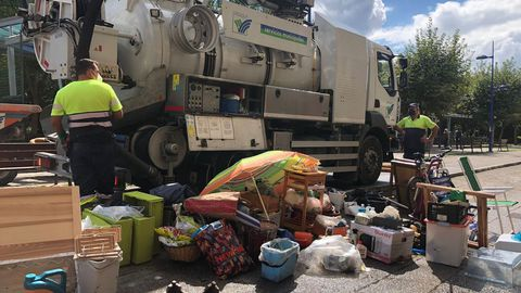 Elementos retirados de los hogares en Acea da Ama tras las inundaciones.
