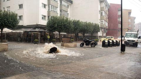 La presión del agua reventó las alcantarillas en centenares de puntos; en la foto, la rúa Constitución, en O Temple, Cambre