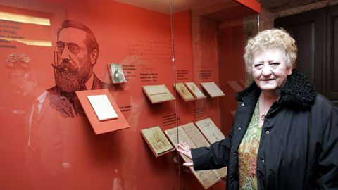 La bisnieta de Curros Enríquez ante el retrato del escritor en la Casa dos Poetas