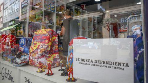 En una tienda de golosinas del centro de Ribeira buscan una dependienta