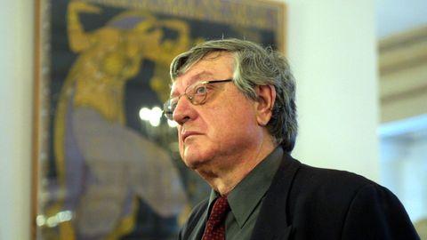 El escritor Antonio Martínez Sarrión, en la presentación de su libro de memorias «Jazz y días de lluvia» (2002).