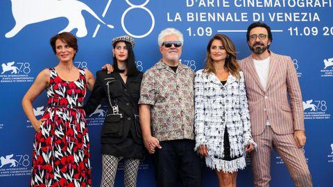 Almodóvar, con buena parte del elenco de «Madres paralelas», en el reciente Festival de Venecia.