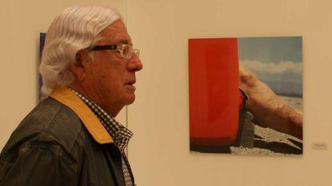Carlos Pérez Siquier, posando en la exposición que el Centro de Arte Museo de Almería (CAMA) y el Patio de Luces de la Diputación de Almería dedicaron a su obra en el año 2014.