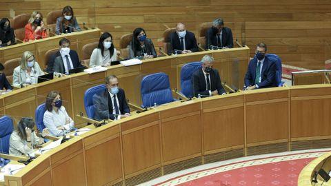 Feijoo y varios de sus conselleiros siguiendo el pleno del Parlamento este martes