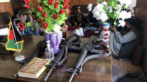 Los talibanes, en la oficina del antiguo gobernador del Panjshir, con su armamento estadounidense.