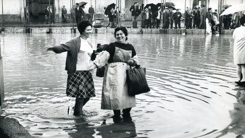 Antes y después de los rellenos: los barcos atracaban en la Marina a la puerta de los locales. Con los rellenos vinieron las inundaciones en días de lluvia torrencial y pleamar, como esta en la Palloza en 1970