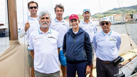 Foto de familia de doña Elena y la tripulación del Bribon 500