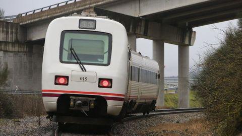 Un tren a su paso por la zona de Oural, en la línea ferroviaria que se va a electrificar