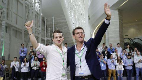 Adrián Pardo saluda acompañado de Feijoo en el X Congreso de Novas Xeracións del PPdeG-PP en el que fue elegido presidente de la organización juvenil (septiembre de 2017)