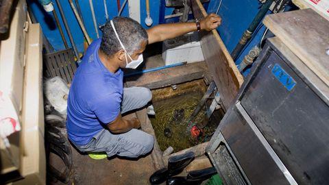 La solución: Fito muestra el aliviadero y las tres bombas de achique que tienen en el sótano. El agua que se ve es del mar, la que se filtra a pesar del relleno. El objetivo del mecanismo es reconducir el agua al alcantarillado. Cuando se paran por un corte de luz, hay que volver a activar las bombas desde la planta superior, para que nadie se electrocute