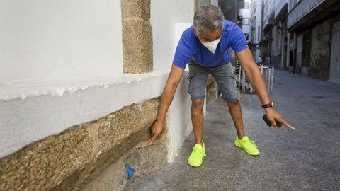 venecia.Fito muestra una salida de emergencia para el agua si colapsa el sumidero por el Calexón da Escatada