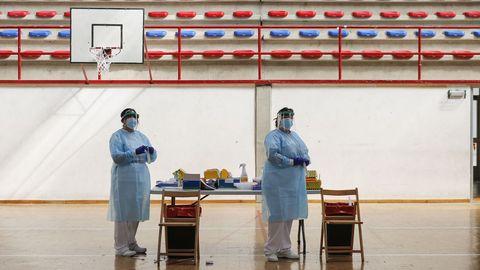 Personal sanitario en el pabellón de deportes de Calabagueiros, preparado para hacer un cribado a la población el pasado mes de abril