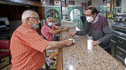 Bar París, en Pontevedra, con clientes consumiendo en la barra tras el fin de las restricciones