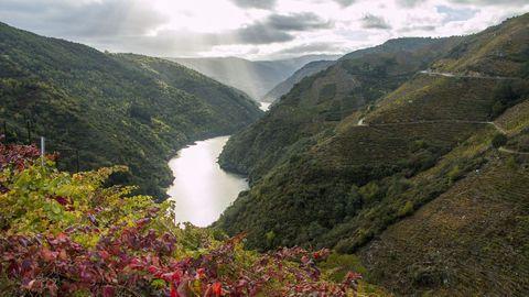 Una vista del cañón del Sil en la zona de Doade, en Sober, con la orilla ourensana a la izquierda.