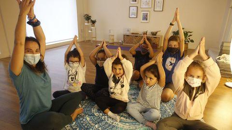 Natalia Cora, en una clase de yoga para niños en Om Centro Integral, su negocio en el casco viveirense