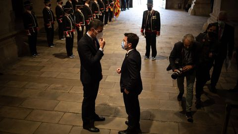 El presidente del Gobierno, Pedro Sánchez, y el de la Generalitat, Pere Aragonès, a su llegada para su reunión en el Palacio de la Generalitat.
