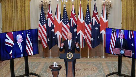 Joe Biden durante la reunión virtugal con el primer ministro australiano,  Scott Morrison, y el británico, Boris Johnson.