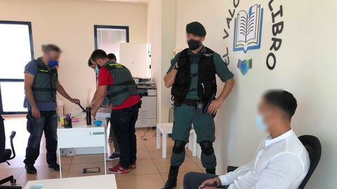 La Guardia Civil ha desmantelado una red criminal que estafaba a personas mayores y con discapacidad por todo el territorio nacional a través de una supuesta empresa de venta de libros y enciclopedias