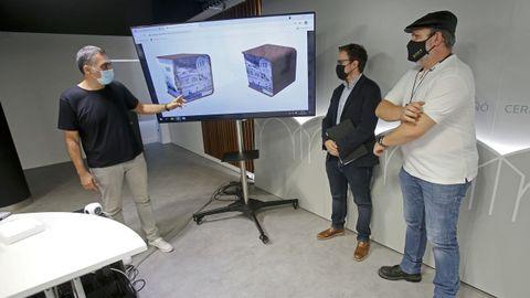 Demetrio Gómez, Iago Barbeito y Roxelio Carballo, con el modelo de bolardos creado expresamente para Monte Porreiro