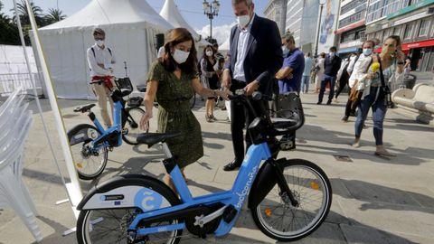 Las nuevas bicis. La alcaldesa, Inés Rey, y el director general de Emalcsa, Jaime Castiñeira, con una de las nuevas bicicletas que antes de fin de año se instalarán en la ciudad. Está previsto distribuir 514 ciclos, de los que 174 serán eléctricos. La red contará además con 55 estaciones por toda la ciudad.