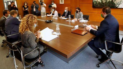 El presidente del Principado de Asturias, Adrián Barbón (PSOE), reunido con representantes del Partido Popular para abordar las negociaciones sobre la reforma del Estatuto de Autonomía del Principado
