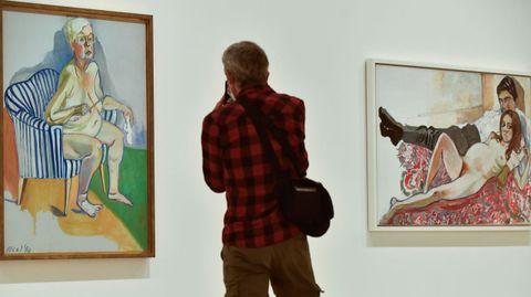 Autorretrato de Alice Neel desnuda a los 80 años; a la derecha, «Julie embarazada y Algis», obra de 1967
