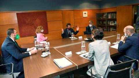 l presidente del Principado de Asturias, Adrián Barbón (i), se reúne con representantes del Ciudadanos para abordar las negociaciones sobre la reforma del Estatuto de Autonomía