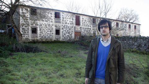 Claudio Otero diante da antiga fábrica de curtumes de Chantada, nunha imaxe de arquivo