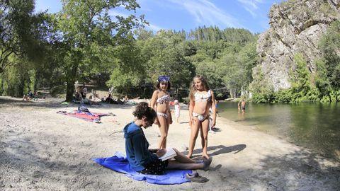 Unas niñas jugaban hace apenas unos días en la playa fluvial Pena do Inferno