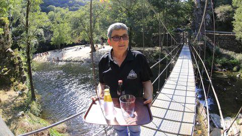 Manuela Carrín regenta el único bar que hay en la zona