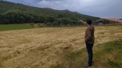 Ricardo Suárez, portavoz del BNG, señala la zona donde está previsto instalar uno de los aerogeneradores