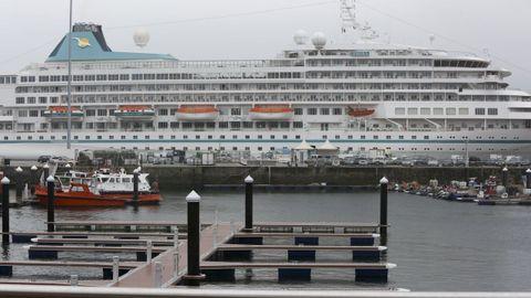 El crucero hizo escala en Ferrol tras las del Artania y Virtuosa