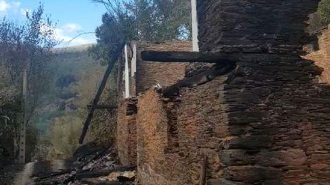 Una de las antiguas viviendas quemadas en la aldea de Riomaior, en la parroquia quiroguesa de Margaride
