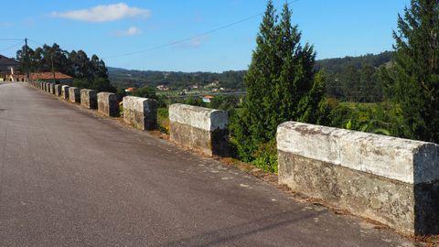 Quitamiedos de la época franquista en un tramo desafectado de la N-550 en San Antoniño